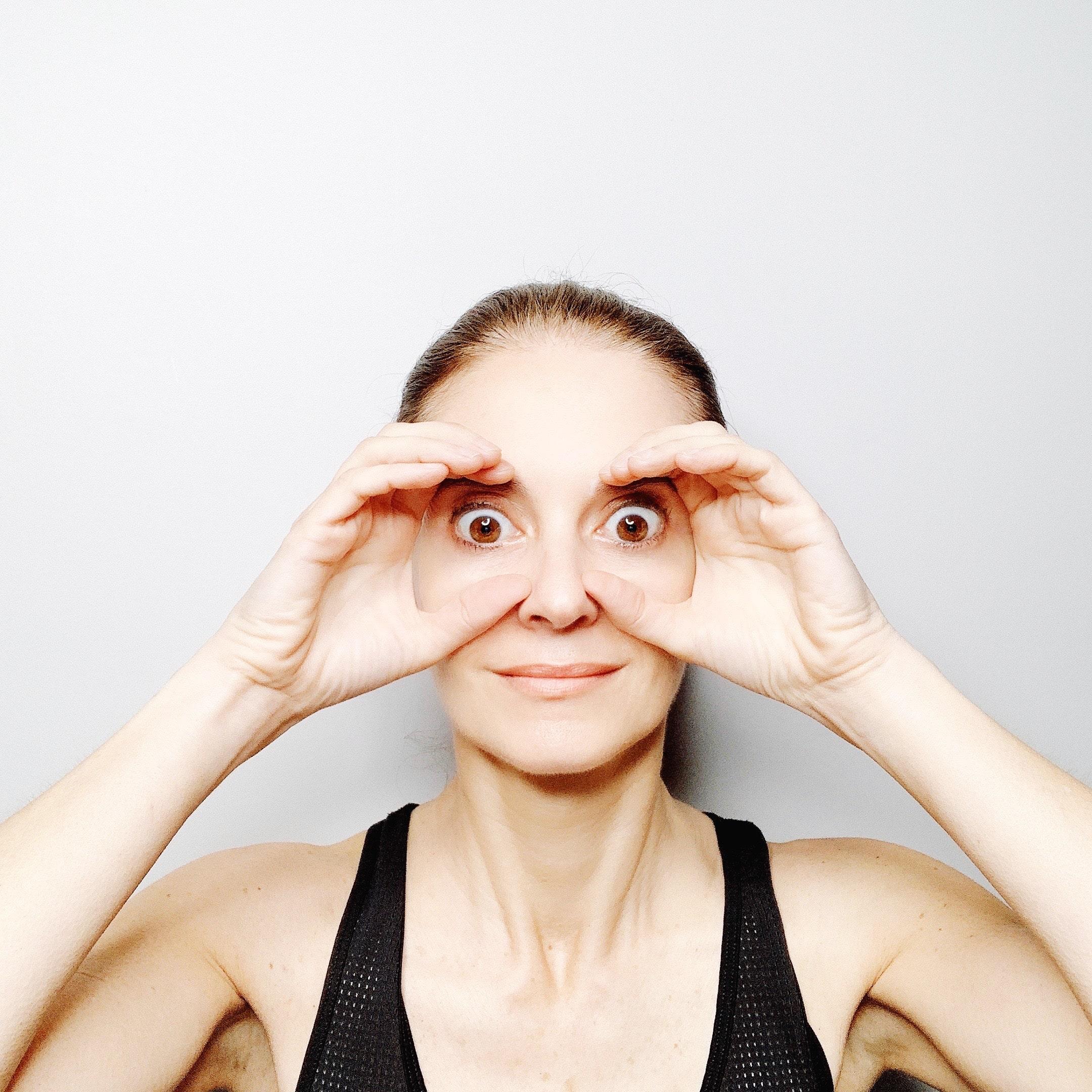 binocular pose face yoga method esercizio connettiti